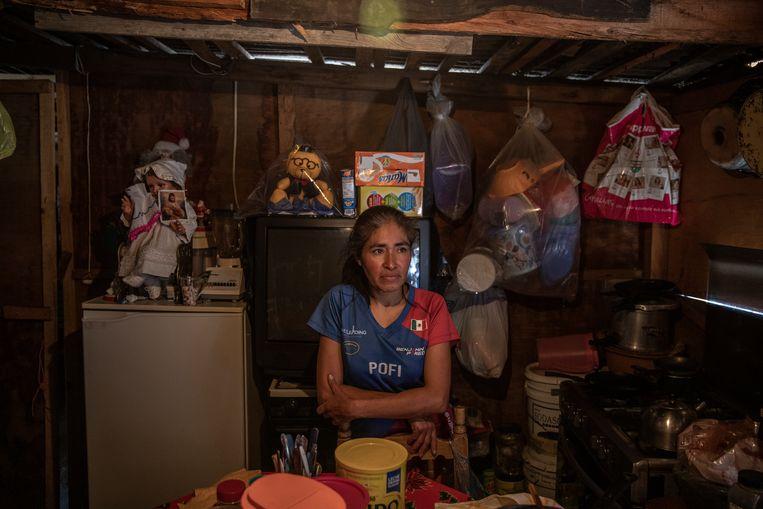 Petra Encarnación Sayago zit werkloos thuis, waar ze samen met haar halfverlamde moeder Francesca woont. Beeld Cegarra