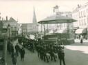 1942: Parade van Duitse matrozen en hun muziekkapel over de Grote Markt.
