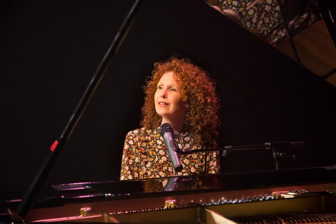 Katrien Verheijden zingt Janis Ian.