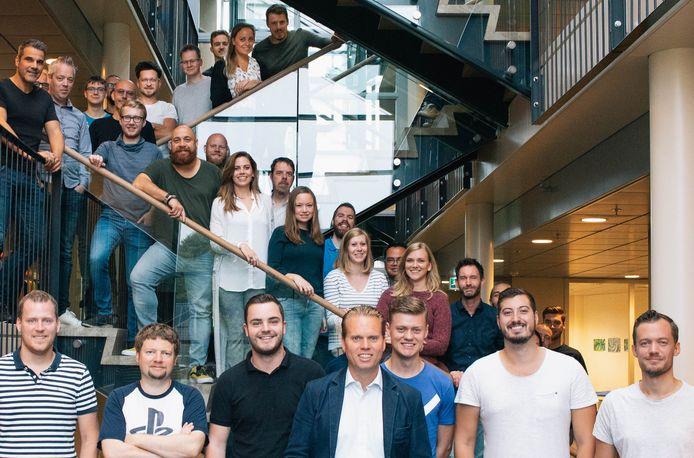 TriMM telt 106 medewerkers, van wie verreweg de meeste in Enschede werken. Vooraan in het midden Marc Woesthuis, met mede-directeuren Jorens Thomassen (links van de trap) en Rogier Florijn (rechts van de trap).