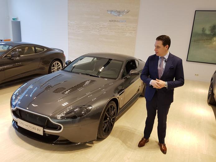 Verkoper Bart Coppens is trots dat bij hem in de showroom de auto van Verstappen staat
