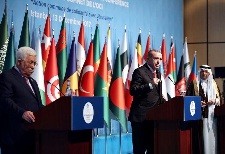 De Palestijnse leider Abbas (links) en de Turkse president Erdogan tijdens de bijeenkomst van leiders van islamitsche landen in Istanbul. Beeld AFP