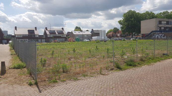 Het beoogde terrein vanuit de kant van de Jan van Riebeecksingel gezien.