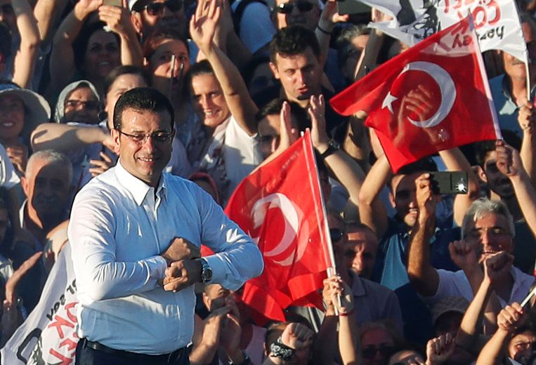De burgemeester van Istanbul, Ekrem Imamoglu, vorig jaar. Hij versloeg toen in verkiezingen de partij van president Erdogan, en daagt hem nu uit in de coronacrisis. Beeld Reuters