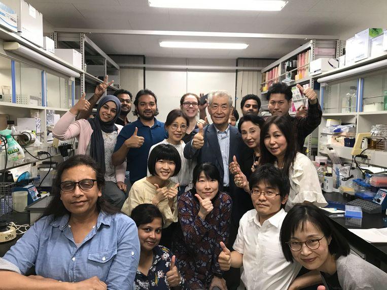 Nobelprijswinnaar Tasuku Honjo, omringd door zijn team van de universiteit van Kyoto, nadat hij te horen heeft gekregen dat hij de eervolle prijs heeft gekregen. Beeld Nobelprize