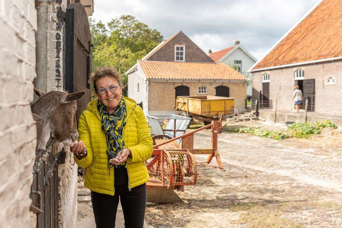 Anja van der Bijl met geit Katrien, op haar authentieke boerderij Zonnehoeve.