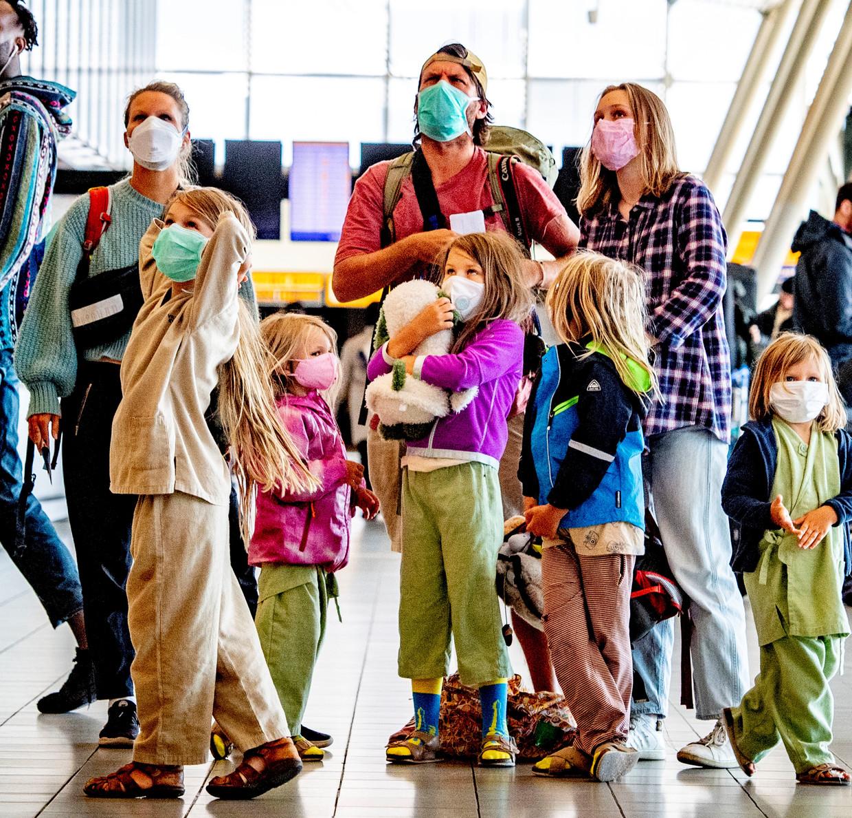 Een gezin op Schiphol, eind maart.
