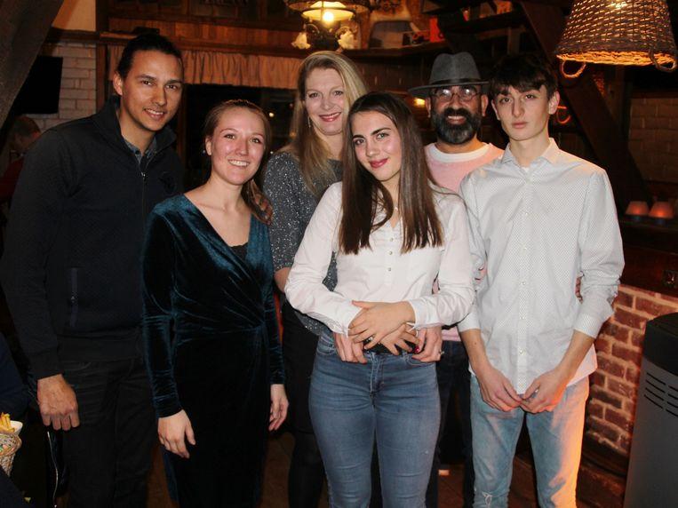 Yannick Froger en Astrid Bauters (uiterst links) laten de zaak over aan Kathleen Schockaert, Dilara, Turgay en Kevin Kaplan.