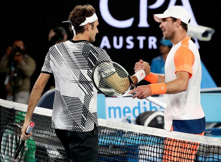 Misha Zverev (r) feliciteert Roger Federer met zijn overwinning in de kwartfinale van de Australian Open. Beeld ap