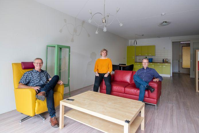 Wie heeft een verstandelijke beperking en is dringend op zoek naar een woning een woongroep in Apeldoorn? Voorzitter Jan van den Brand (links), coördinator Bea Wilbrink en bestuurslid Jos Floor ontvangen een nieuwe bewoner met open armen in dit beschikbare appartement.