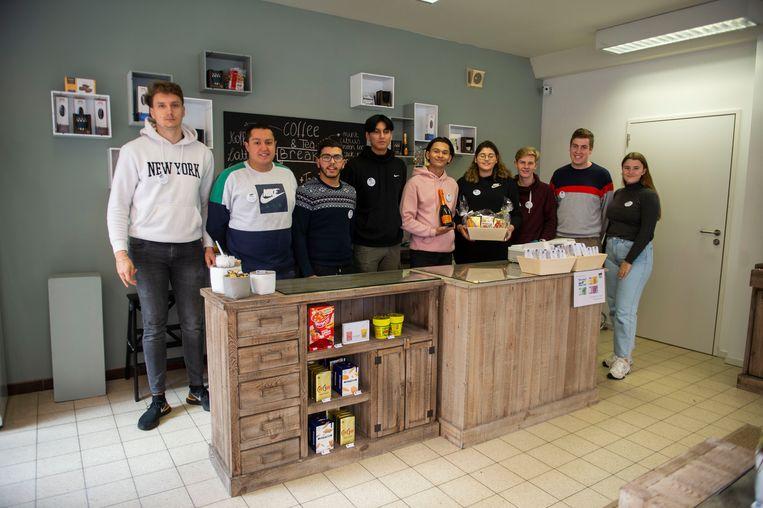 De leerlingen in hun decoratiewinkel CosyCo.