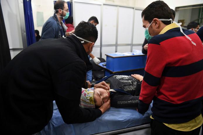 In deze door Syrische staatsmedia vrijgegeven foto zou te zien zijn hoe een vrouw uit Aleppo in het ziekenhuis behandeld wordt na een gifgasaanval door Syrische rebellengroepen.