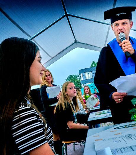 Van bubbels en dansende docenten tot diploma: geslaagden worden verrast met drive-in-uitreiking