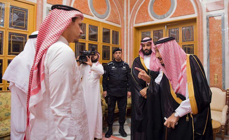 Kroonprins Salman (rechts) ontmoette in oktober familieleden van de vermoorde journalist en betoonde medeleven.