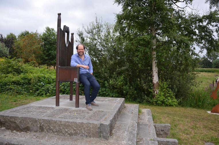 Björn Haegeman op de troon van Koning Nobel aan het fiets- en wandelpad tussen Lokeren en Daknam.