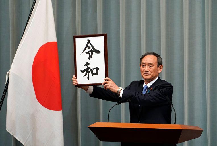 Reiwa gaat in als de huidige keizer Akihito op 30 april aftreedt en zijn zoon Naruhito op 1 mei de troon bestijgt. Op de foto kabinetssecretaris Yoshihide Suga.