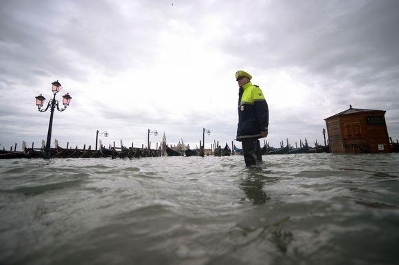 Venetië staat al dagenlang onder water door hevige regenval en een extreem hoog waterpeil. De Italiaanse regering riep gisteren de noodtoestand al uit.