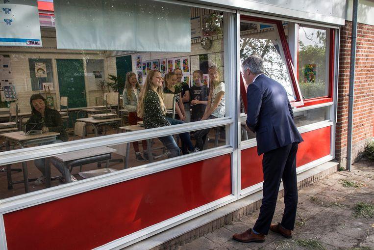 Minister Arie Slob (Basis- en Voortgezet Onderwijs en Media) brengt een bezoek aan OBS Florens Radewijnsschool. Beeld ANP