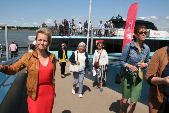 Havenschepen Annick De Ridder opende de nieuwe vaarroute van Lillo naar Antwerpen-centraal die vanaf 1 juli start.