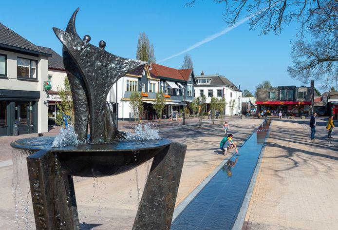Het vernieuwde Marktplein in Vaassen met fontein en goot.