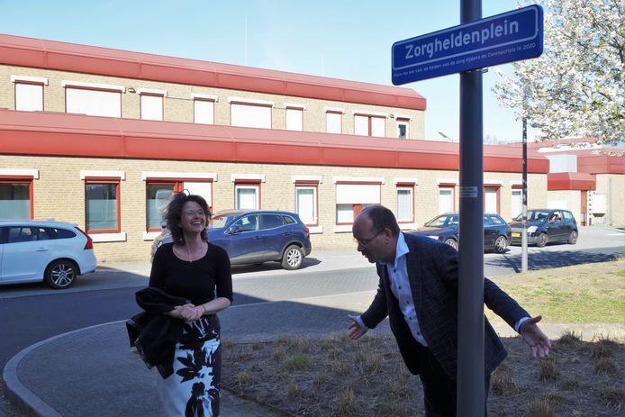 Roland Ekkelenkamp, directeur van huisartsencoöperatie Medicamus in Harderwijk, maakt een diepe buiging voor al het zorgpersoneel. Hij doopte vrijdagmorgen de entree van ziekenhuis St Jansdal in Harderwijk om tot Zorgheldenplein.