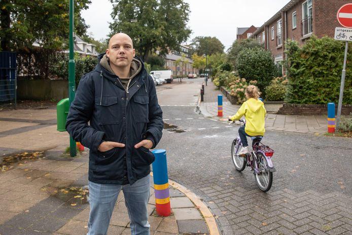 Annik Timmerman en zijn 7-jarige dochter Liv op de Christiaan Huygenslaan in Soesterberg. Daar werd het meisje een maand geleden lastig gevallen door een man die haar voetjes wilde bekijken.