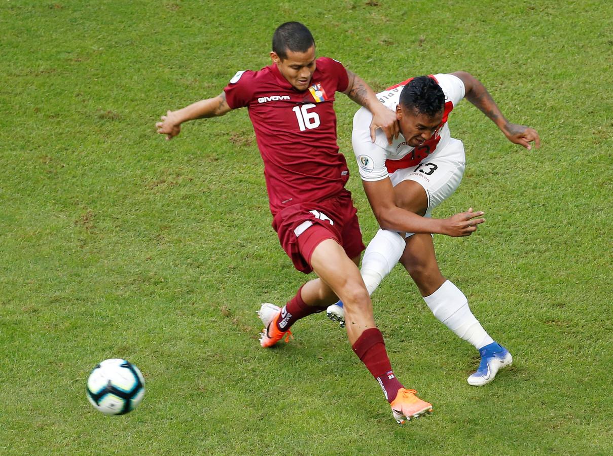 Roberto Rosales (oud-FC Twente) zit Renato Tapia (r) van Peru dwars.