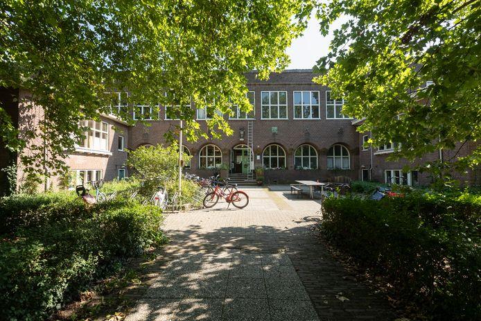 De voormalige Meisjesvakschool aan het Vispoortplein in Zutphen.
