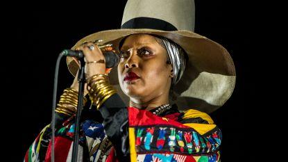Erykah Badu neemt het tijdens concert op voor R. Kelly, publiek antwoordt met boe-geroep