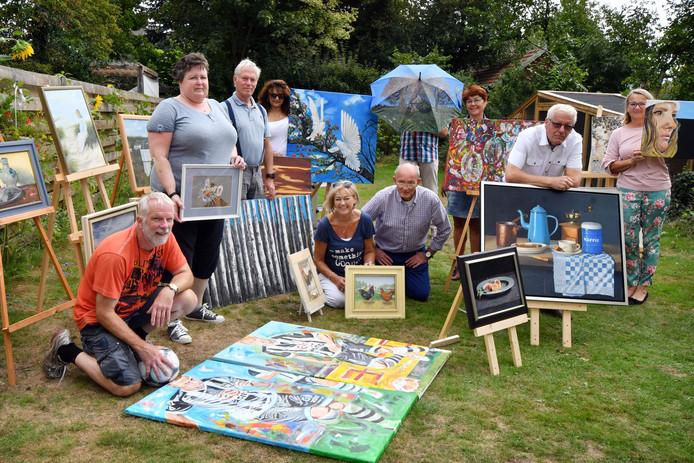 Enkele leden van De Peinturisten demonstreren hun kunstwerken.