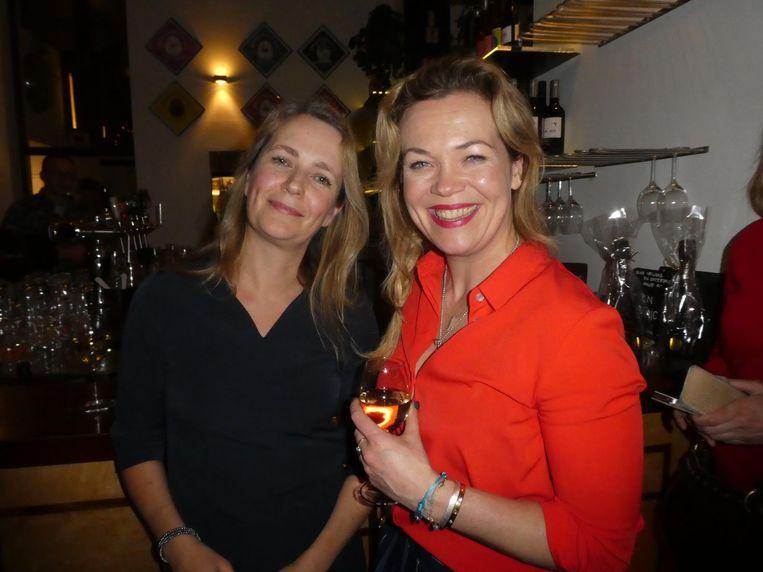 Denise Larsen (Meulenhoff) en Roos Schlikker, die schreef over een achtergelaten kind op CS. 'Dat ik mijn hoofd daarop kan loslaten, is het mooie aan fictie.' Beeld Hans van der Beek
