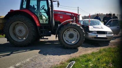 Auto en tractor botsen: autobestuurder lichtgewond