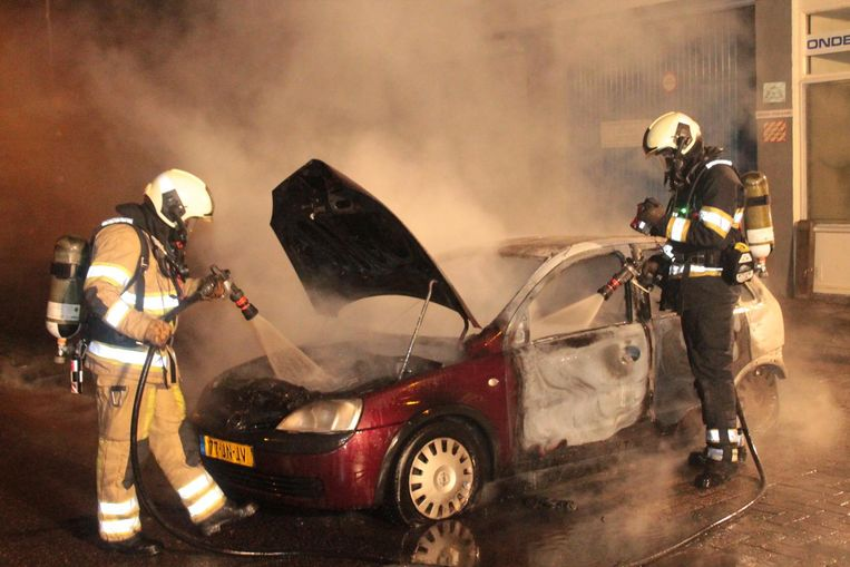 Brandweerlieden op oudejaarsavond in Utrecht. Ook in die stad werden hulpverleners lastiggevallen. Beeld anp