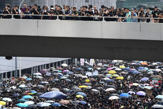 Tienduizenden mensen zijn vandaag gekleed in zwart de straten van Hongkong opgegaan.