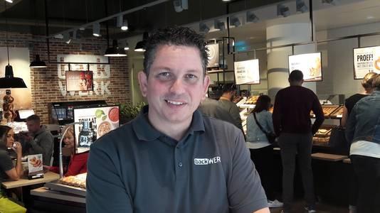 Zelfbedieningsbakker backWerk opent nieuwe zaak in Arnhem. Director Operations Stefan Kersten in de nieuwe winkel aan het begin van de Roggestraat bij de entree van het stadshart.