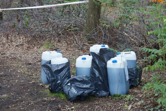 Het gaat om zes vaten van 25 liter.