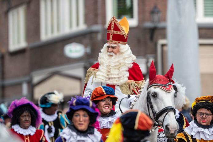 Sinterklaas en zijn roetveegpieten zondagmiddag in Aalten.