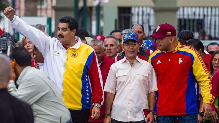 De Venezolaanse president Maduro (links) gisteren naast twee burgemeesterskandidaten van zijn partij. Beeld epa