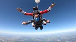 """Frans viert negentigste verjaardag met parachutesprong: """"Zalig! Over 10 jaar kom ik nog eens terug"""""""