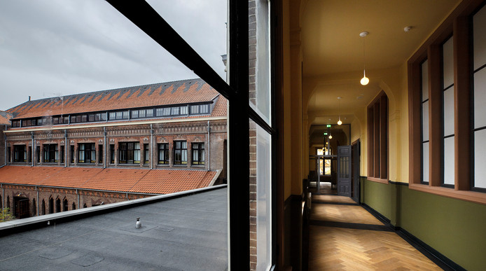 De oorspronkelijke kleuren van de gevels, het dak en de kozijnen, buiten én binnen, zijn hersteld bij de restauratie van de monumentale panden.