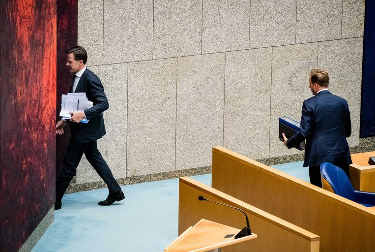Premier Mark Rutte en Minister Hugo de Jonge van Volksgezondheid, Welzijn en Sport (CDA) tijdens het Tweede Kamerdebat over de ontwikkelingen rondom het coronavirus.  Beeld ANP