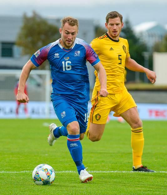 Runar Mar Sigurjonsson in duel met Jan Vertonghen.