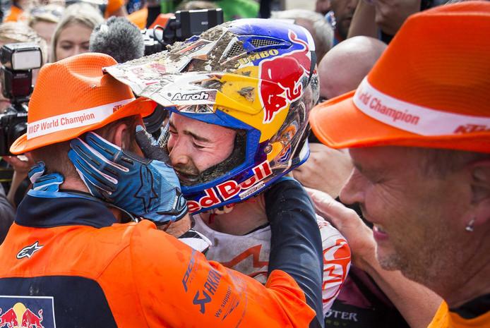 Een emotionele Jeffrey Herlings valt zijn Belgische monteur Ruben Tureluren in de armen na het behalen van de wereldtitel in de MXGP-klasse op het TT Circuit Assen.