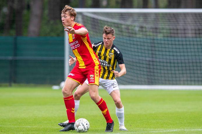 Enzo Cornelisse (rechts) voor Vitesse in duel met Sam Crowther van Go Ahead Eagles.