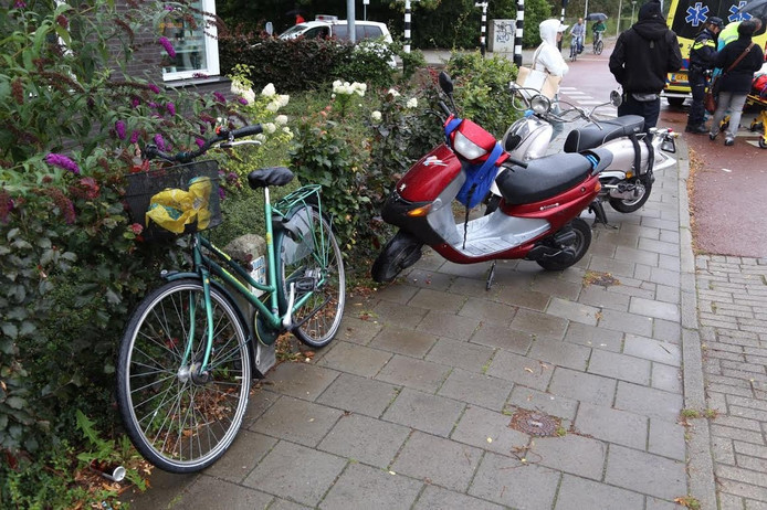 Botsing fietser en scooter op Boschdijk
