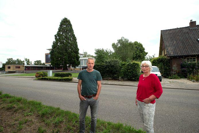 Richard Salemink met buurvrouw Erna Veenvliet zien een komst van een nieuwe school niet zitten.