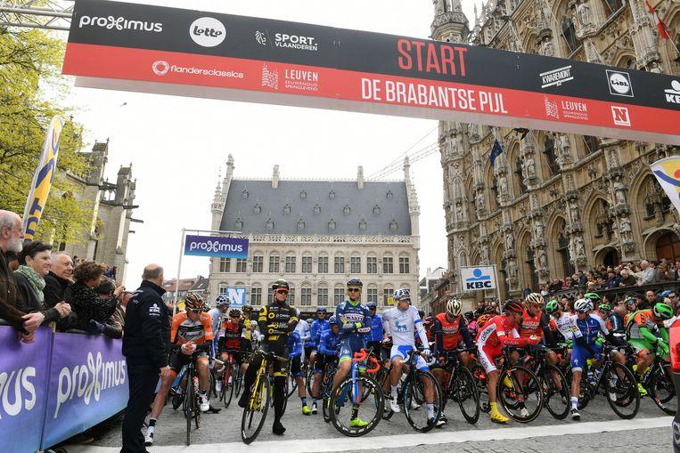 Kort na het vertrek van de Brabantse Pijl in Leuven denderen de renners door Huldenberg.