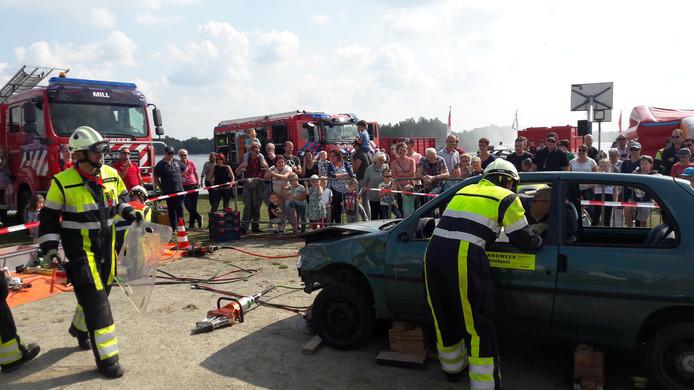 De brandweer van Mill laat zien hoe ze slachtoffers uit auto's bevrijden.