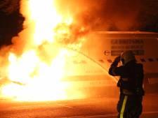 Busje vliegt in brand in Tilburg