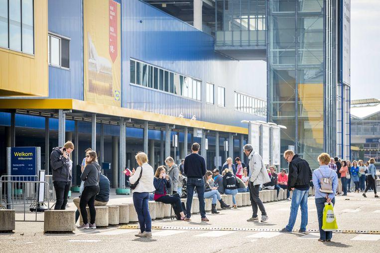 Klanten staan in de rij voor IKEA. Beeld ANP